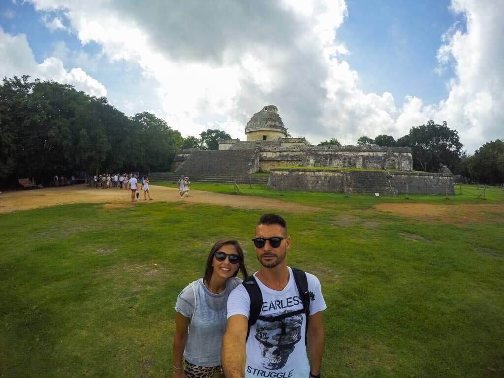 Davanti a El Caracol, l'osservatorio dei Maya