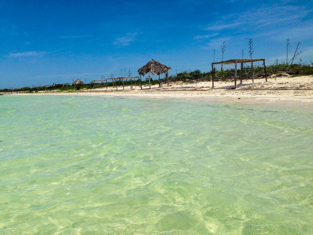 La spiaggia desolata alla fine della laguna