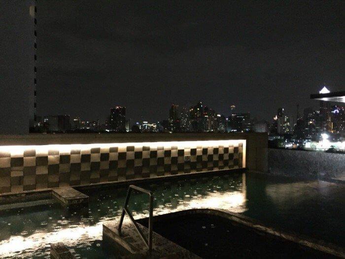 Piscina all'aperto dell'hotel Aetas Lumpini a Bangkok