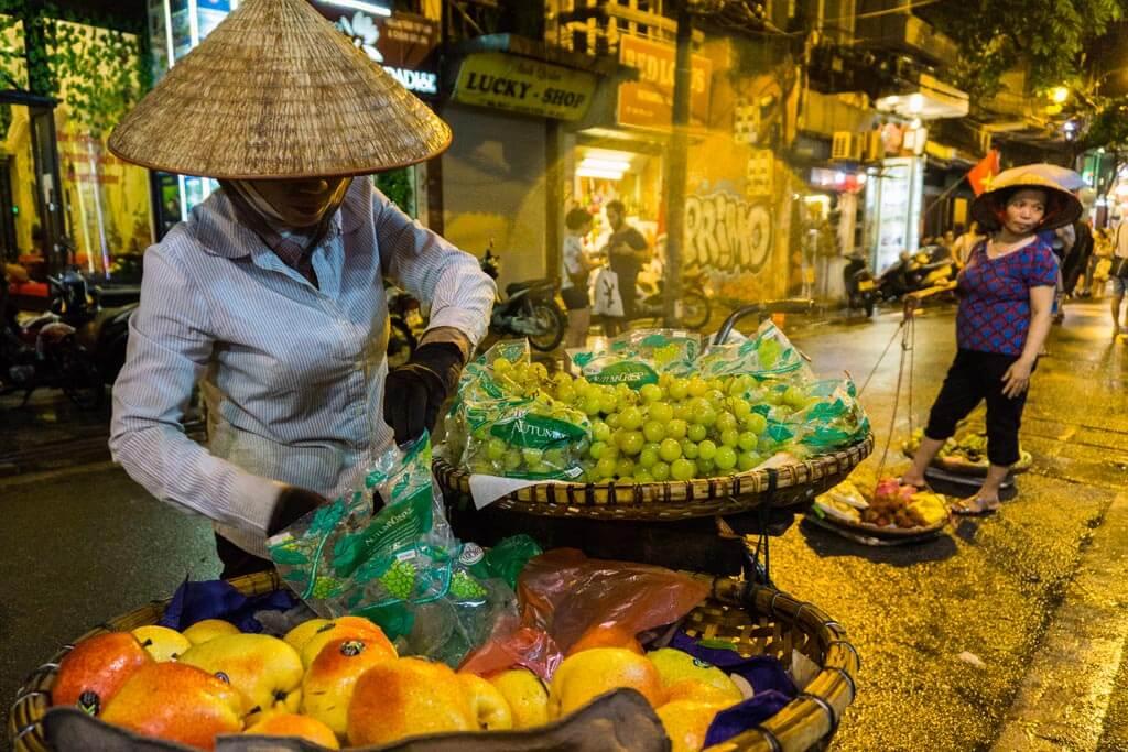 Frutta fresca per le strade di Hanoi