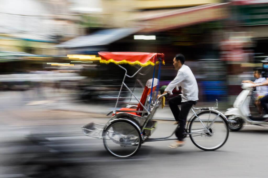 Tuc tuc nel traffico di Hanoi