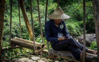Un vietnamita col cappello riposa su un'altalena