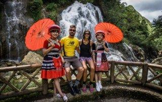 Noi con due ragazze di Hanoi ai piedi della cascata