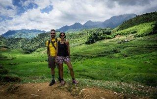 Francesco e Serena che posano con le valli di sapa sullo sfondo