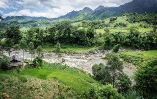Il fiume che scorre in mezzo alla distese verdi
