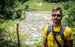 Francesco sudato e stanco cammina lungo le sponde del fiume