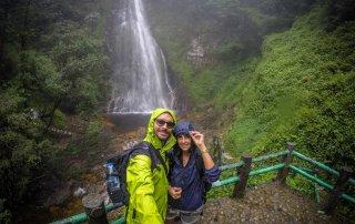 Selfie con la cascata Thac Tinh Yeu sullo sfondo