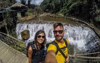 Selfie sul ponte con la cascata sullo sfondo