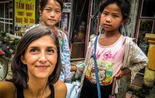 Serena e le bambine che vendono braccialetti portafortuna