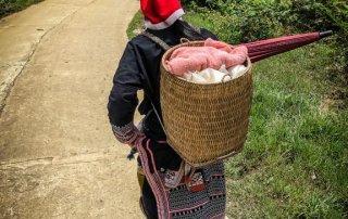 Ly Tai May con la cesta ci fa strada lungo il sentiero