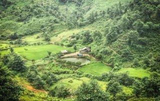 Un piccolo lago davanti ad una capanna incastonato nella vallata