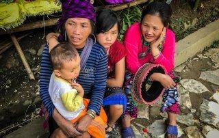Due donne del posto con i loro figli