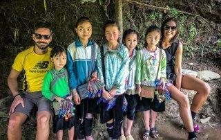 Foto di gruppo con le bambine dei braccialetti