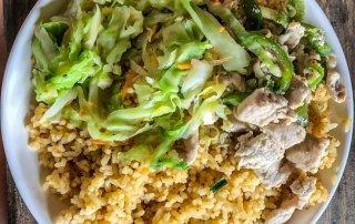 Piatto di riso con pollo e verdura