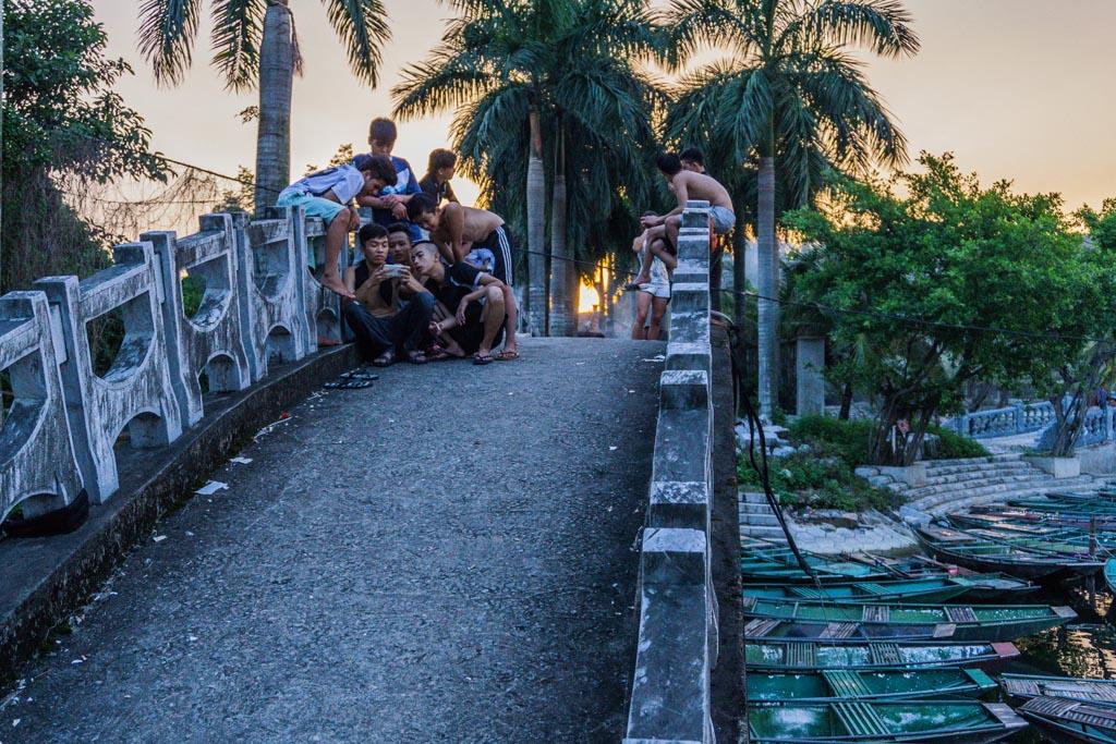 Vietnam del nord - ragazzi sul ponte