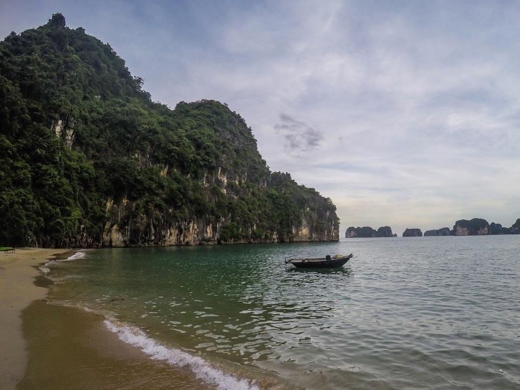 Halong Bay - spiaggia prima del tramonto