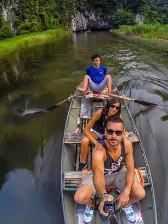 Vietnam del nord - Tam Coc - il ragazzo rema coi piedi!