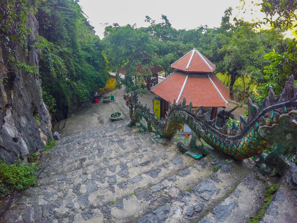 Vietnam del nord - gli scalini a Mua Cave