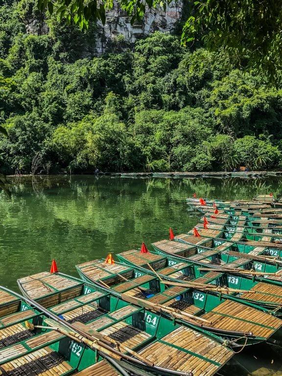 Vietnam del nord - barche a riva a Trang An