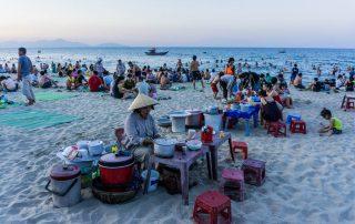 Spiaggia di Hoi An affollata al tramonto di turisti vietnamiti e cinesi