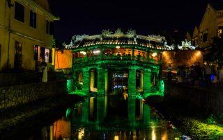 Ponte giapponese illuminato di verde sul fiume