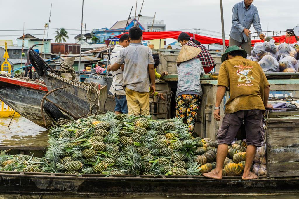 Barca piena di ananas al mercato galleggiante di Long Xuyen