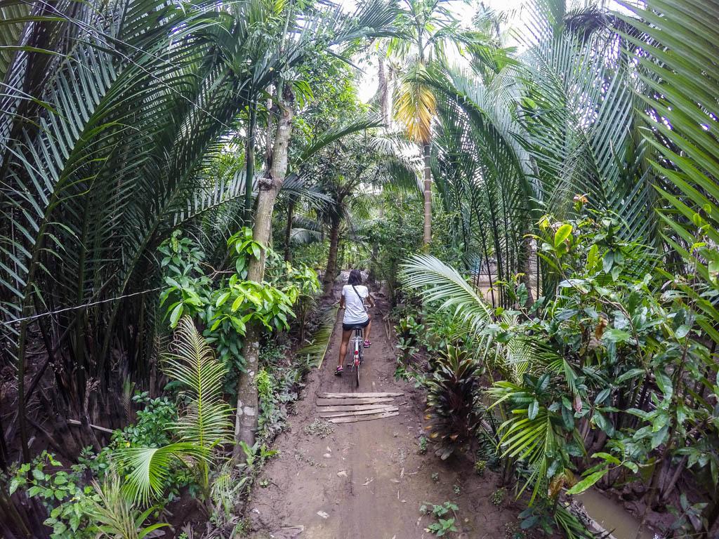 ragazza in bicicletta nella giungla