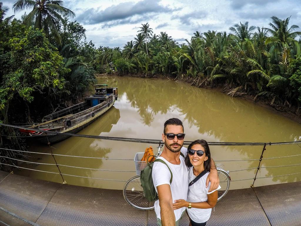 Autoscatto sul ponte con ragazzo e ragazza con sfondo fiume e giungla