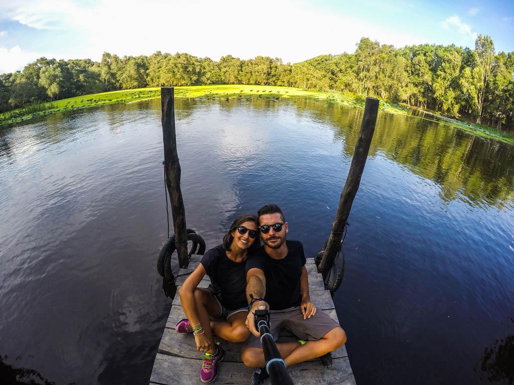 ragazzo e ragazza sul pontile in legno davanti al fiume