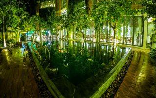 L'hotel Atlas e la sua piscina illuminato di verde