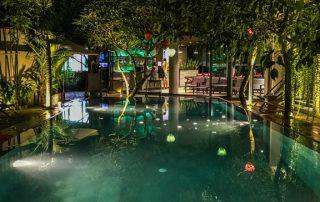 Piscina dell'hotel Atlas di Hanoi fotografata di notte mentre è illuminata di verde