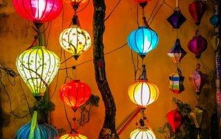 Lanterne colorate appese fuori da un ristorante