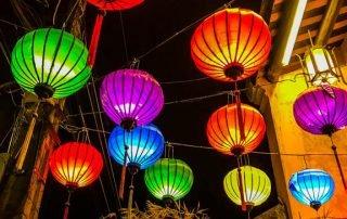 Lanterne colorate appese a dei fili sopra le strade