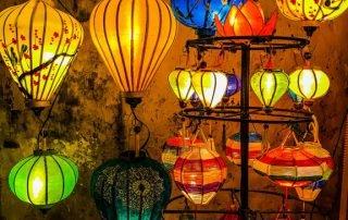Lanterne colorate appese fuori da un negozio