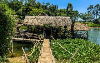 Palafitta sul fiume che ospita un bar