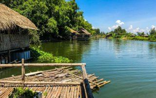 Palafitte costruite con le canne di bamboo lungo le sponde del fiume