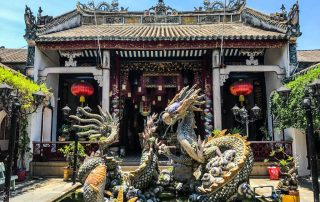 Statua di un drago dentro una fontana all'ingresso del templio