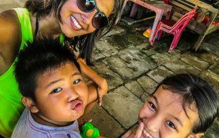 Serena che si fa un selfie con due bambini vietnamiti