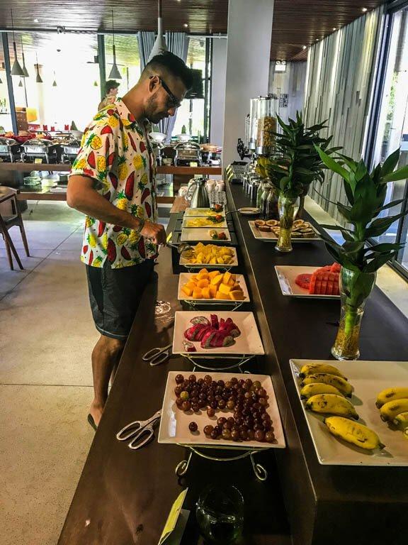 Camicia con frutta al bancone della frutta!