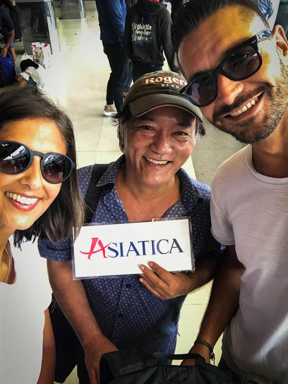 Ragazzo e ragazza con signore vietnamita che lavora come guida turistica