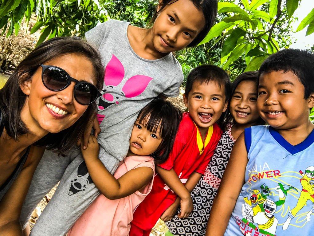 Serena con i bambini vietnamiti