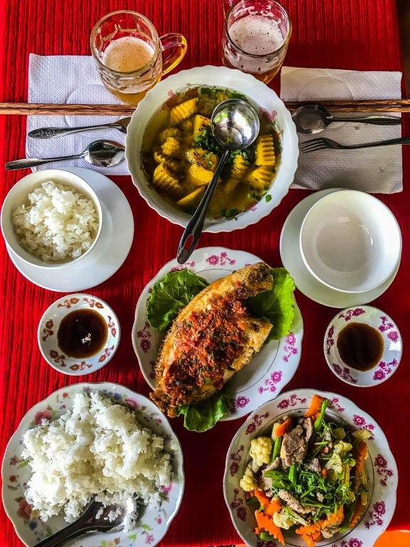 tavolo imbandito con piatti tipici vietnamiti