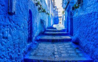 strada con scalini tutto dipinto di blu