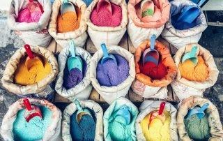 sacchi con polveri colorate