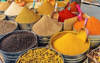 Contenitori di spezie varie e colorate