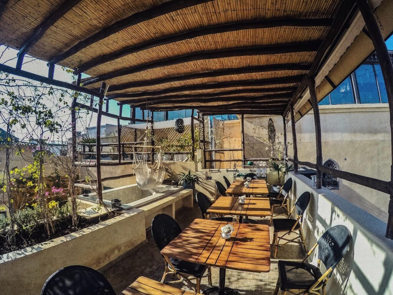 tavoli di legno in terrazza