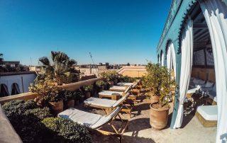 Terrazza di hotel con lettini e piante