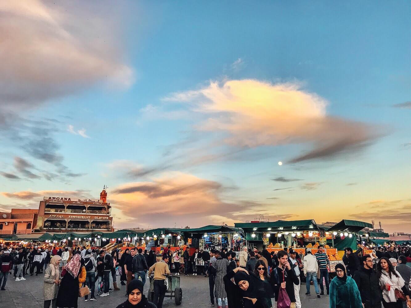 piazza di Marrakech gremita di gente