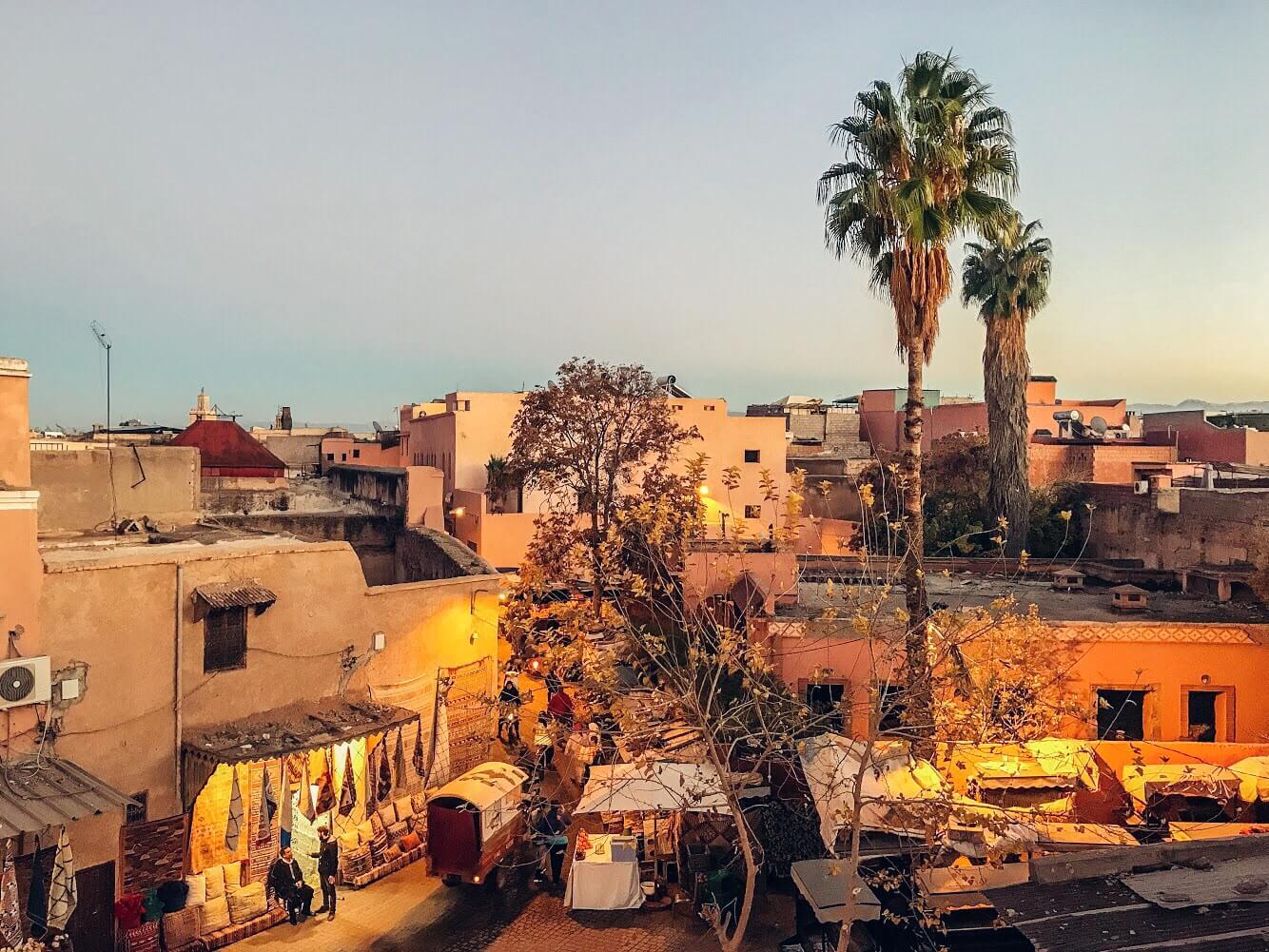 La città di Marrakech illuminata dai colori caldi della luce del tramonto