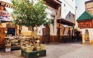 Strada di Fès con negozio di cestini in vimini